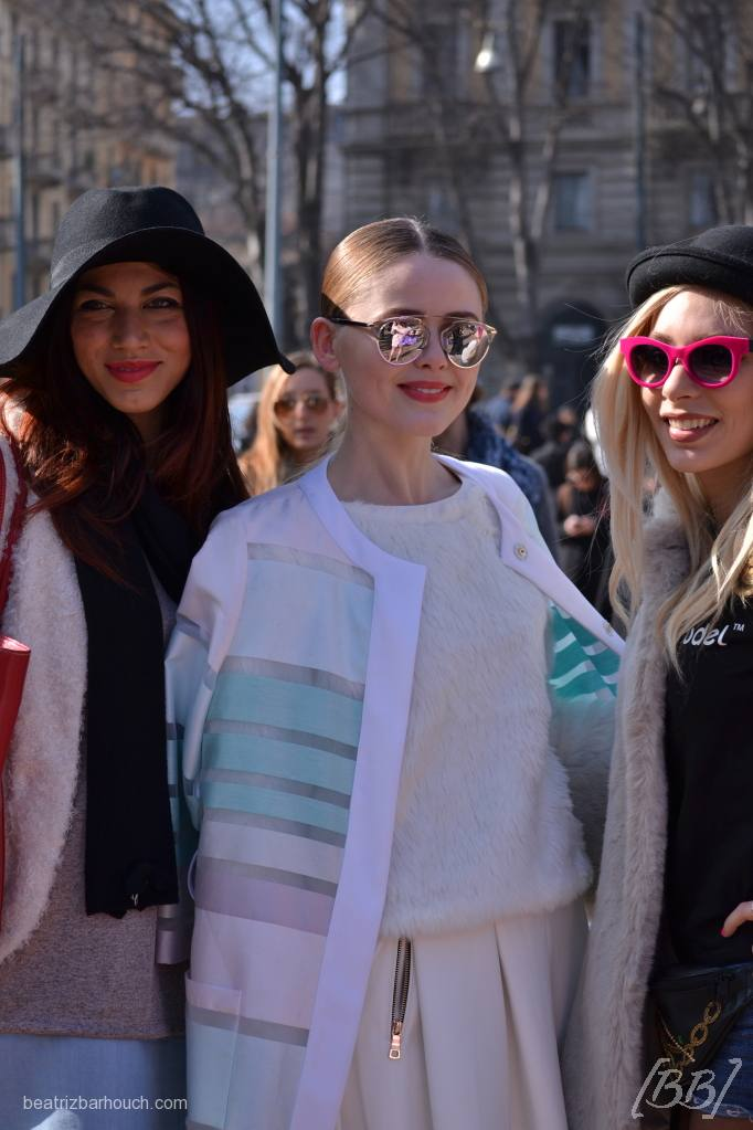 A modelo Kristina Bazan e fans após o desfile do Roberto Cavalli.