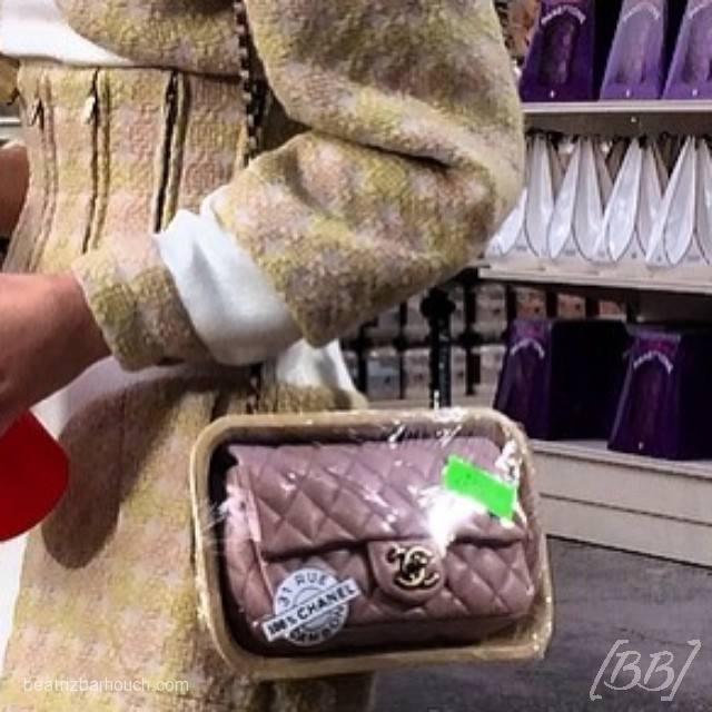 Detalhe para a bolsa embalada como se fosse uma carne hahaha amei!