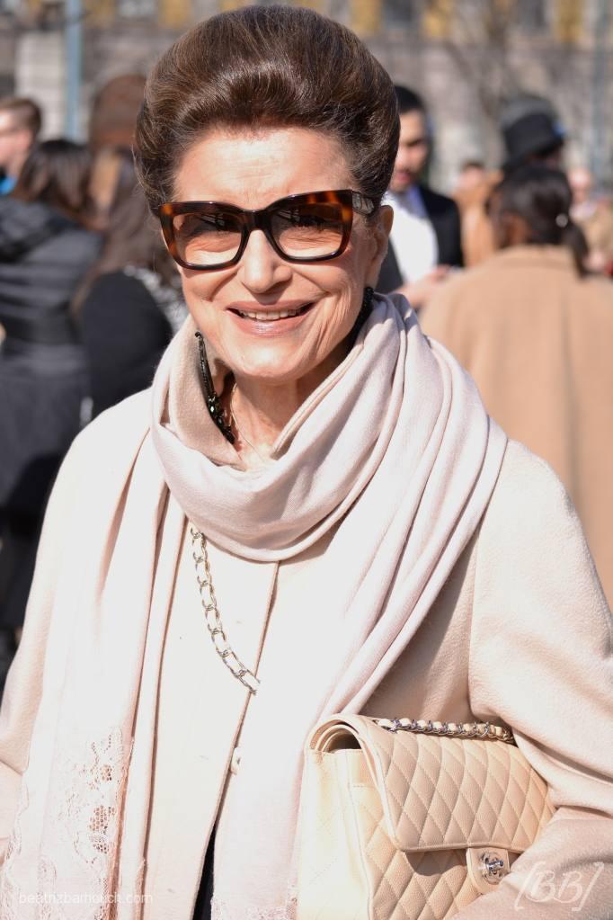 Constanza Pascolato sempre elegante e com a sua bolsa Chanel.