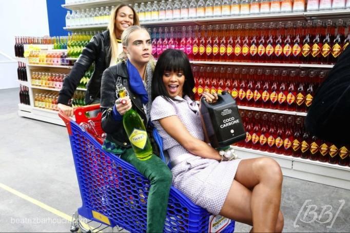 Rihanna, Cara Delevingne e Joan Smalls se divertindo no supermercado do Karl.