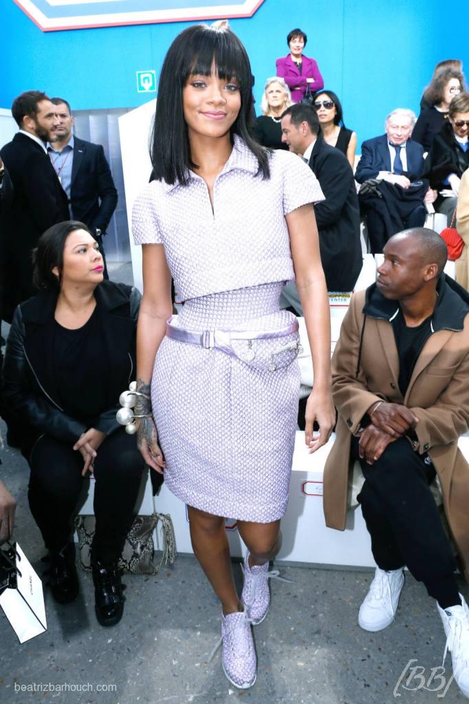 Rihanna não perdeu o desfile e foi toda de Chanel. To adorando esse cabelo dela agora.