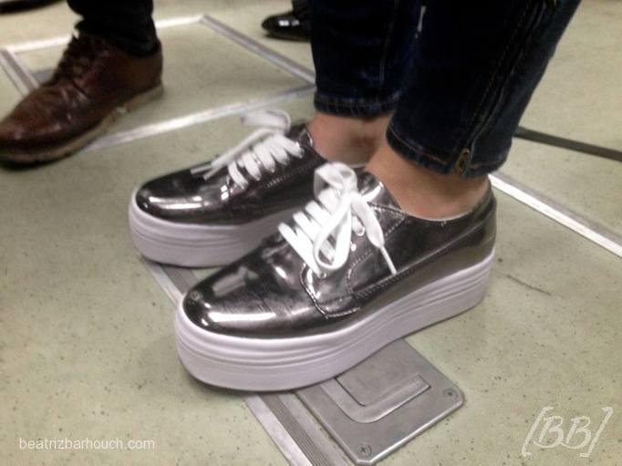 Mais um metalizado, só que com tênis.. que fica super legal com jeans!
