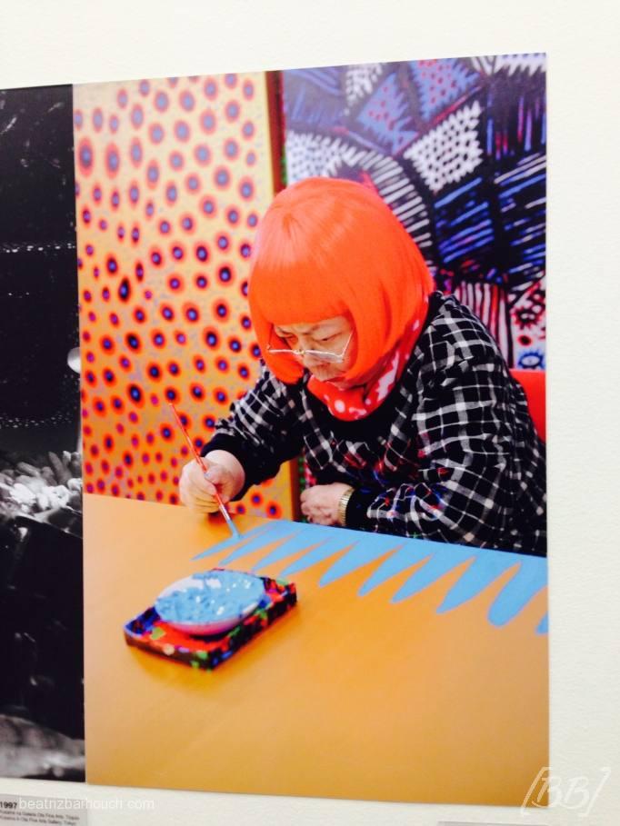 Fotografia da japonesa pintando uma de suas obras.