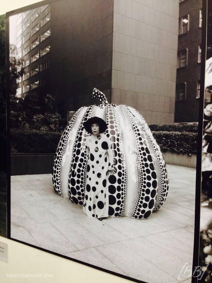 Fotografia da japonesa com a sua obra.