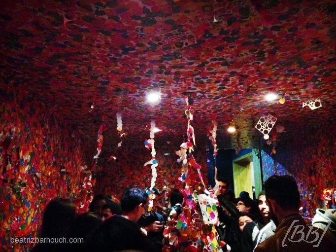 Sala interativa que ao entrar ganhava uma cartela de adesivos de bolinhas coloridas e podia colar em qualquer lugar.