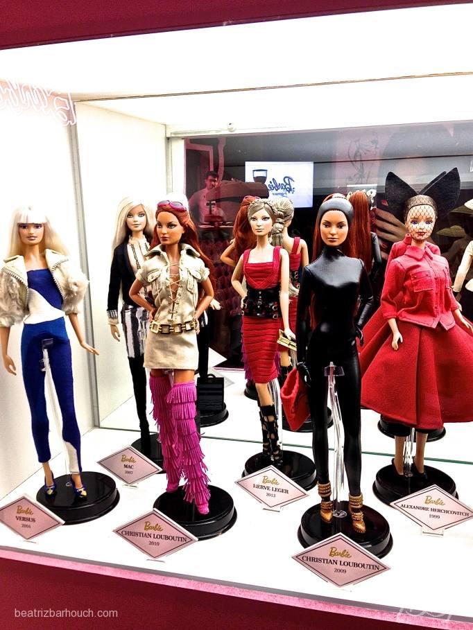 Essa Barbie com a bota rosa de franjas só podia ser Louboutin né