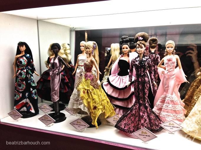 Barbies dos estilistas nacionais, a de amarelo e do Lino Villaventura.