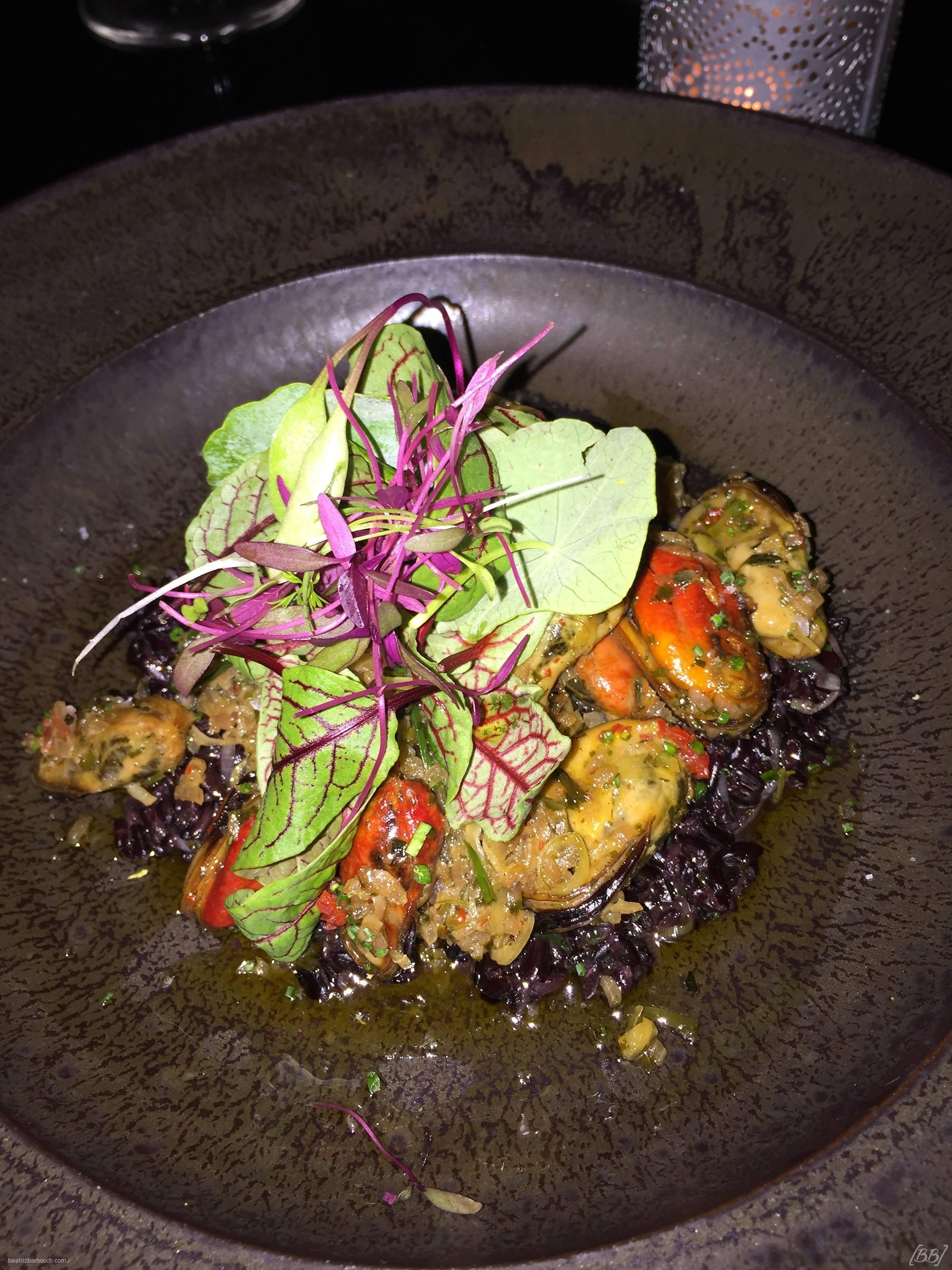 Mexilhões com arroz negro.